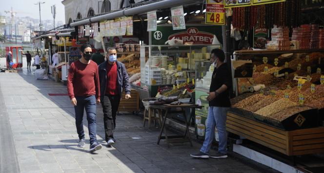 Kısıtlamadan muaf Eminönü esnafı turistlere hizmet veriyor