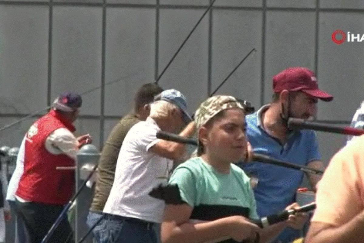 Kısıtlamasız ilk pazar günü Galata Köprüsü olta balıkçılarının akınına uğradı