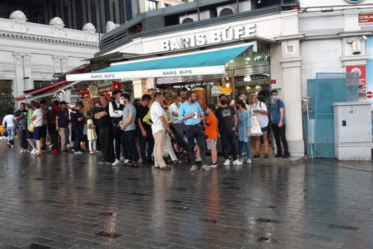 Kısıtlamasız ilk pazar günü Taksim'e çıkanlar yağmura yakalandı