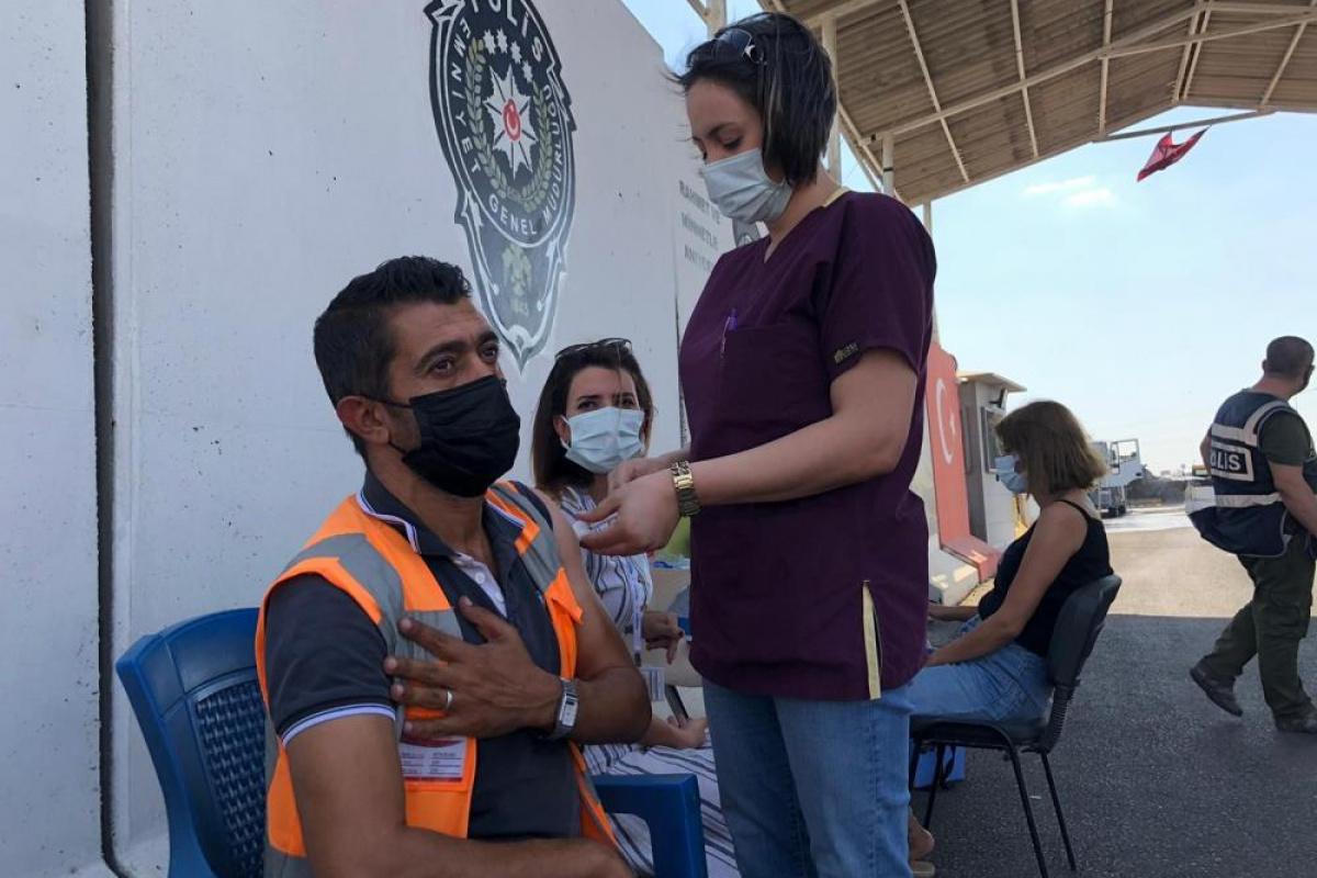 Kızıltepe'de polis kontrol noktasında sürücülerin Covid-19 aşıları yapılıyor