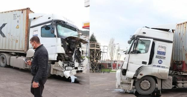 Kocaeli'de Tır Kazası! Işıkta Duran Tıra Çarptı