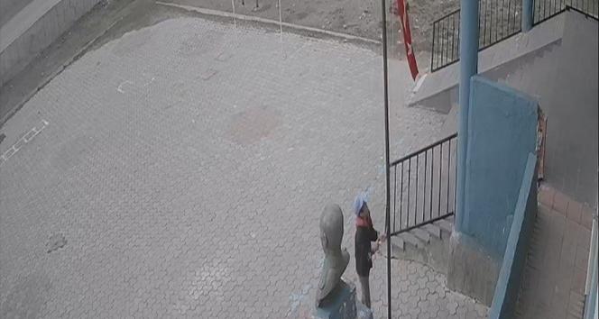 Koyun otlatan çocuğun bayrak hassasiyeti takdir topladı