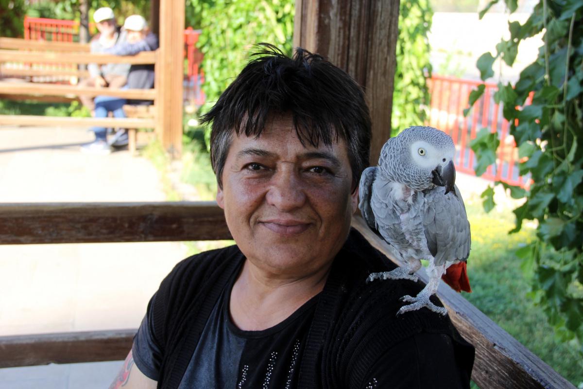 Kredi çekerek aldığı papağanını bir saniye bile yanından ayırmıyor