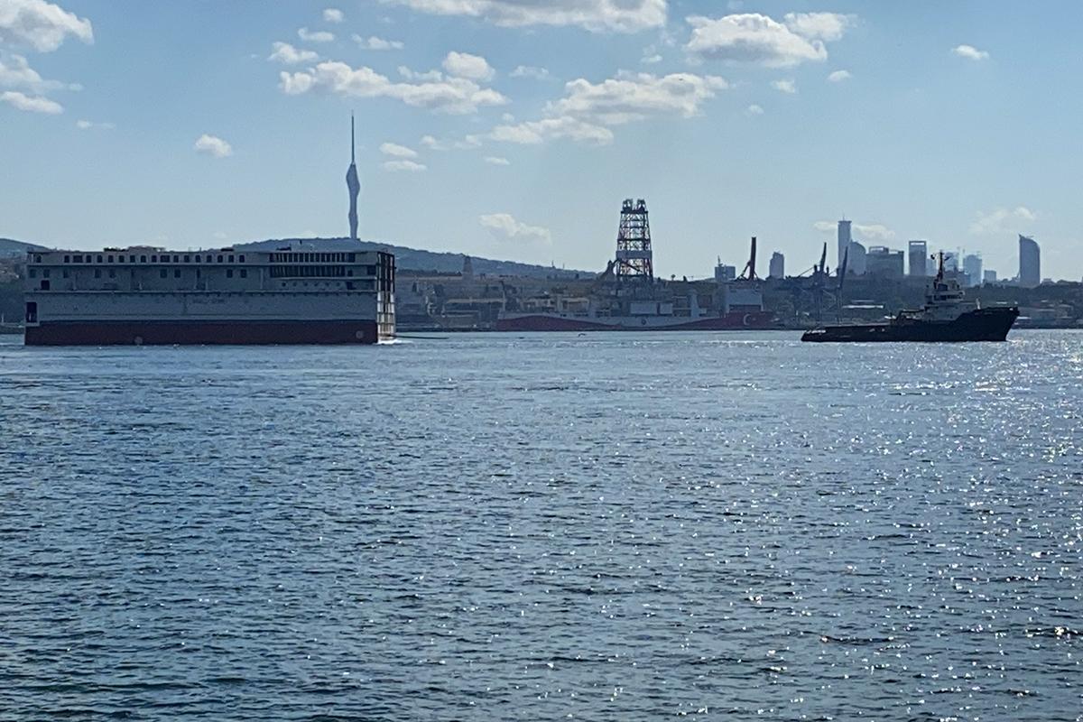 Kruvaziyer geminin büyük parçası İstanbul Boğazı'ndan geçti