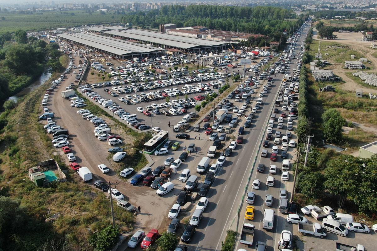 Kurban kesmek isteyen binlerce araç kilometrelerce kuyruk oluşturdu