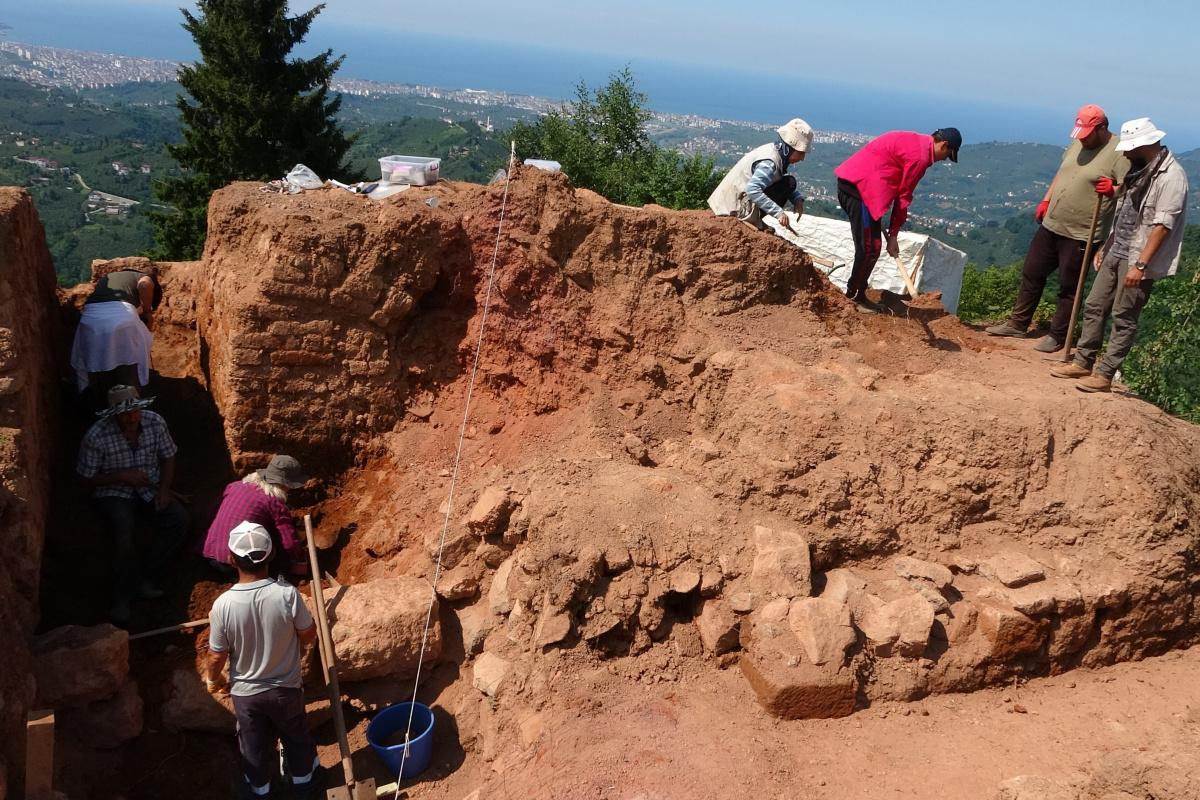 Kurul Kalesi'nde 2 bin 300 yıllık silah deposu! Kazı çalışmalarında bulundu