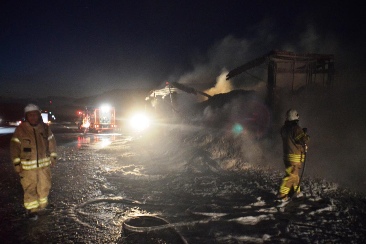 Kuzey Marmara Otoyolunda saman yüklü tır dorsesi yanarak kül oldu