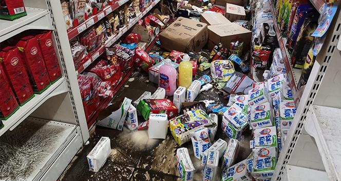 Maltepe'de kuvvetli yağış sonrası iş yerlerini su bastı