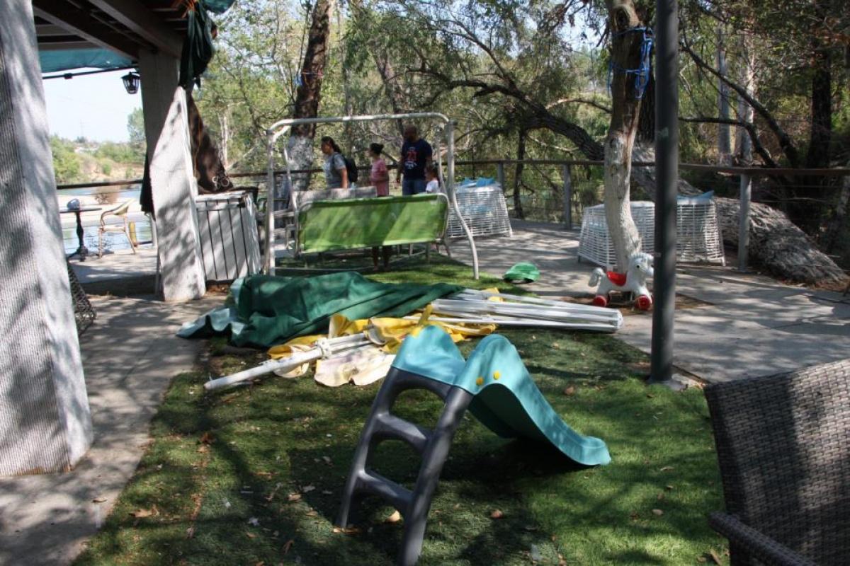 Manavgat Şelale'sinden su alan yangın helikopterinin rüzgarı, gölgelikleri uçurdu