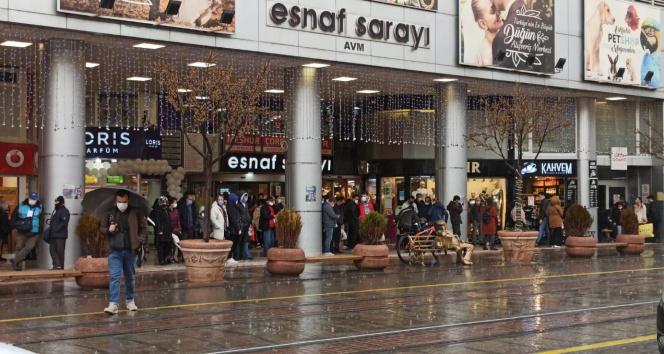 Meteorolojinin uyarılarını dikkate almayan vatandaşlar soluğu saçak altılarında aldı