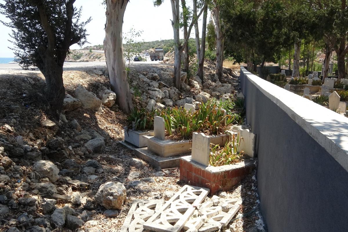 Mezarlığa duvar örüldü kabirler dışarda kaldı