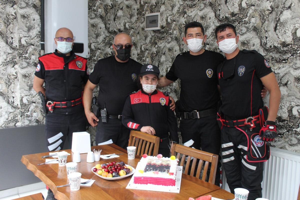 Minik Rana'ya polis ağabeylerinden sürpriz doğum günü