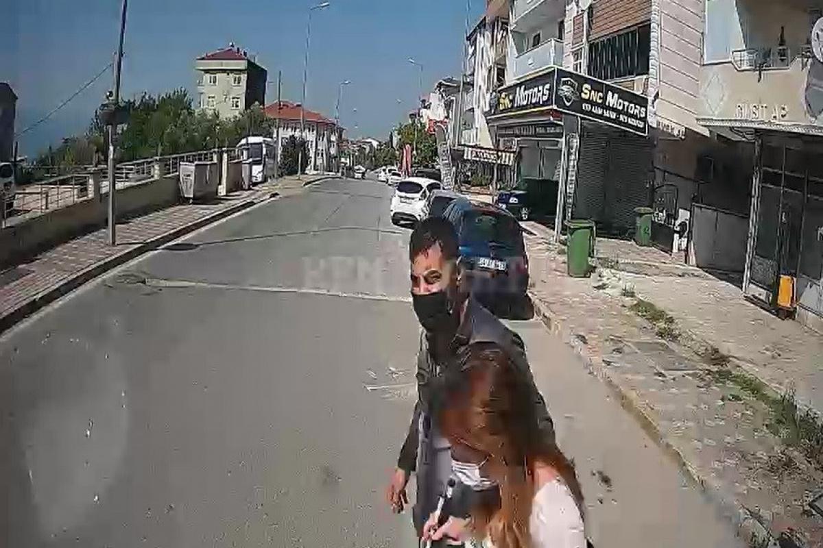 Otobüsü durdurup, görme engelli yolcuyu yolun karşısına geçirdi