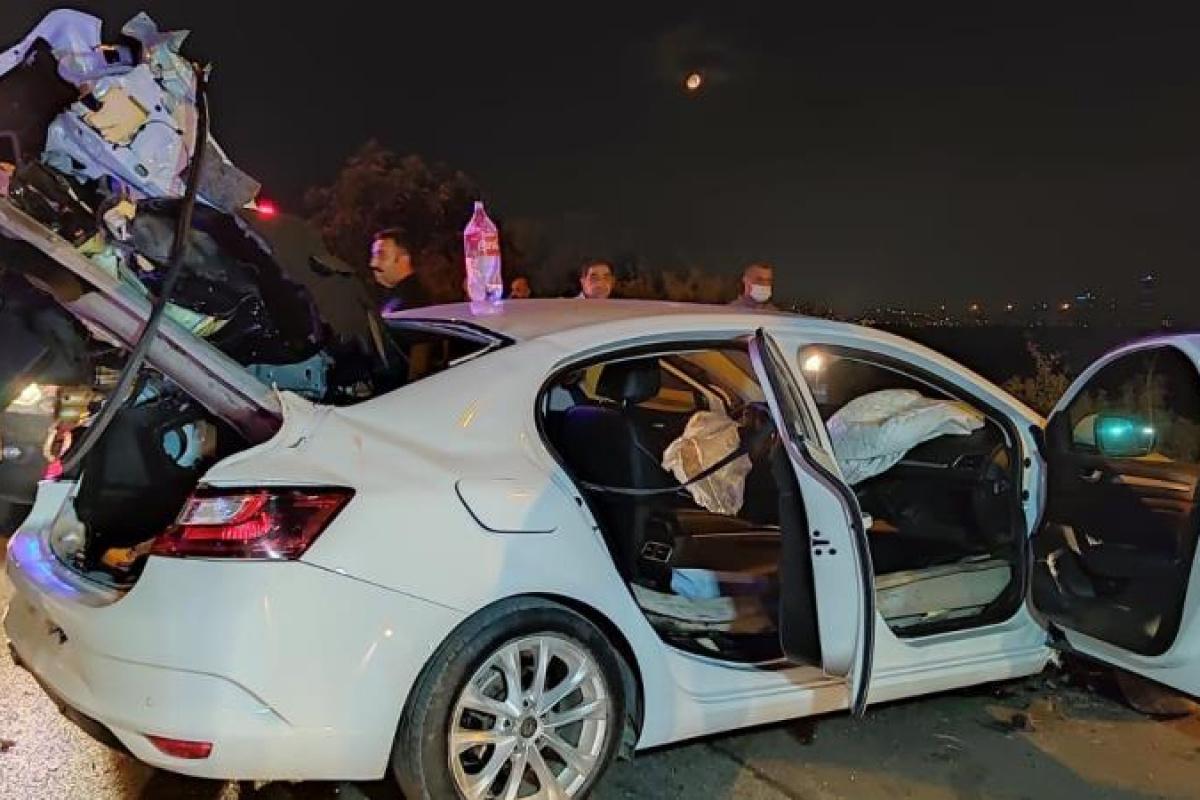 Otomobil bariyerlere ok gibi saplandı: 4 yaralı