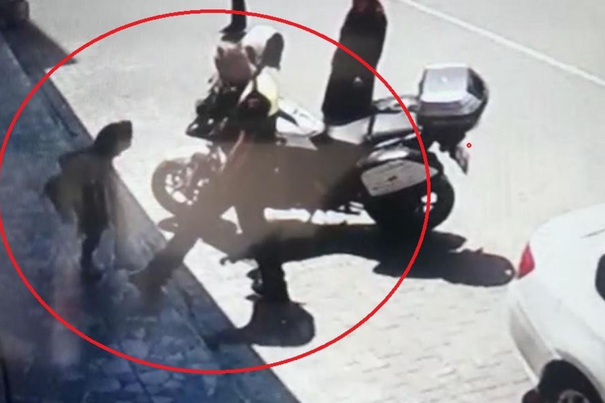Polisin ayağına basan kız çocuğunun ilginç görüntüsü kamerada