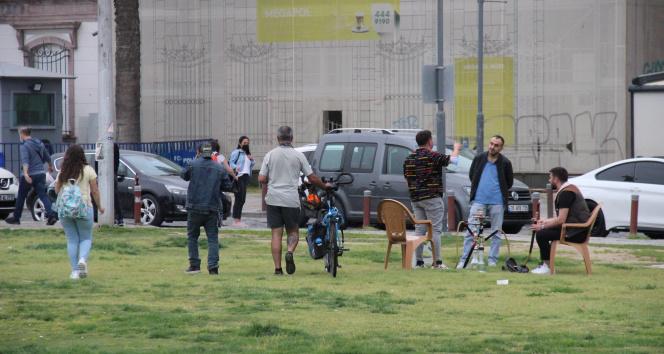Sokakları terk etmek için polis uyarısını beklediler