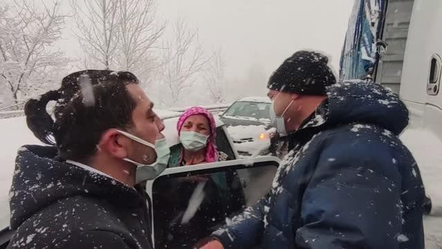 Son dakika haberleri | Sakarya Valisi Kaldırım, kapanan yolda mahsur kalmaları nedeniyle