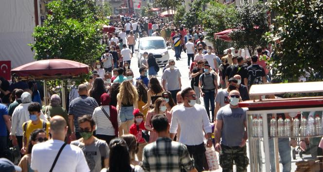 Taksim'de 'iğne atsan yere düşmez' dedirten kalabalık