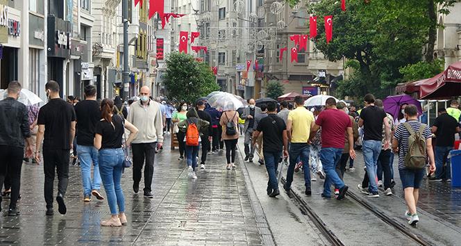 Taksim'de yağmur zor anlar yaşattı