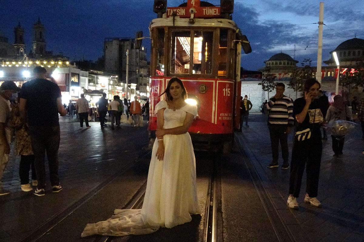 Taksim Meydanı yabancı çiftlerin ilgi odağı oldu