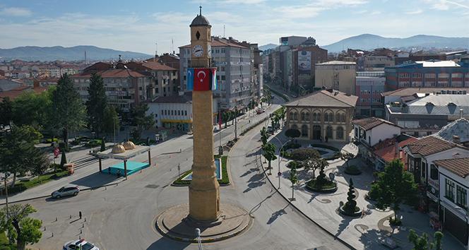Tarihi Saat Kulesi'ne Doğu Türkistan ve Filistin bayrağı asıldı