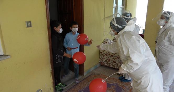 Trabzon'daki filyasyon ekiplerinden ailesi karantinada olan çocuklara 23 Nisan süprizi