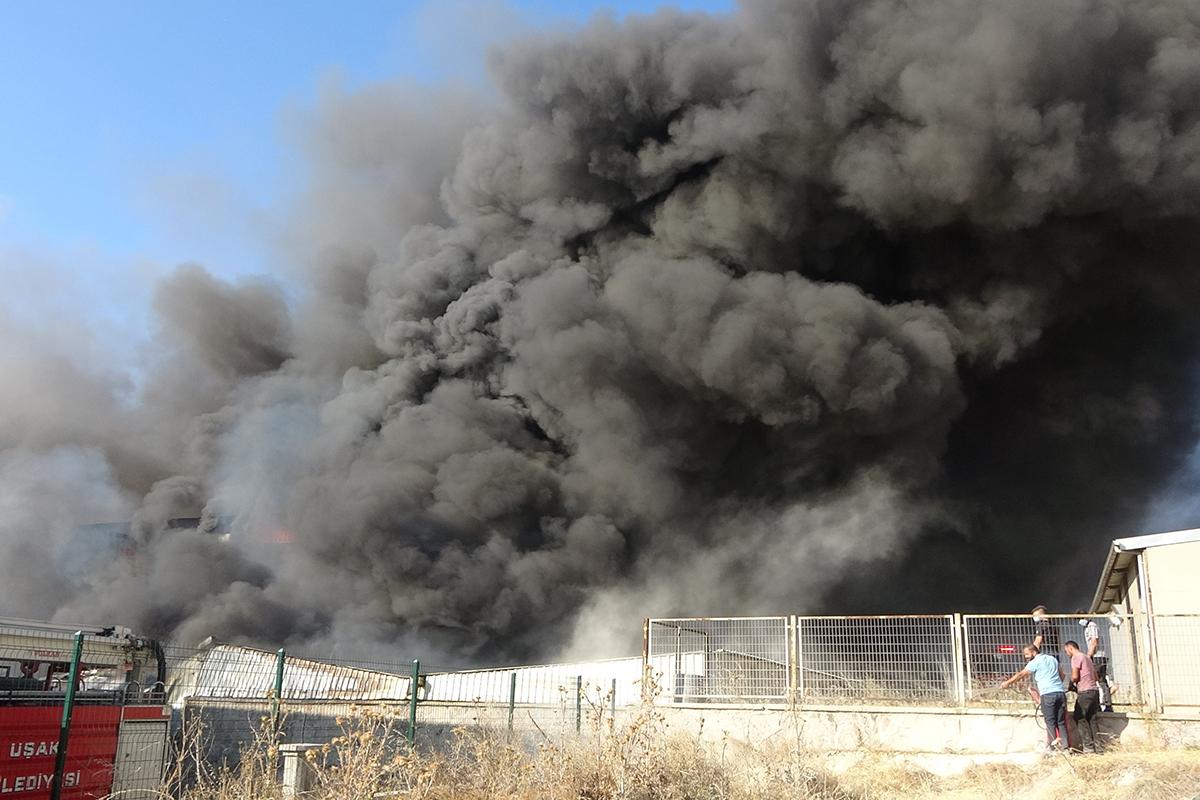 Uşak'ta alevlere teslim olan fabrikada söndürme çalışmaları sürüyor