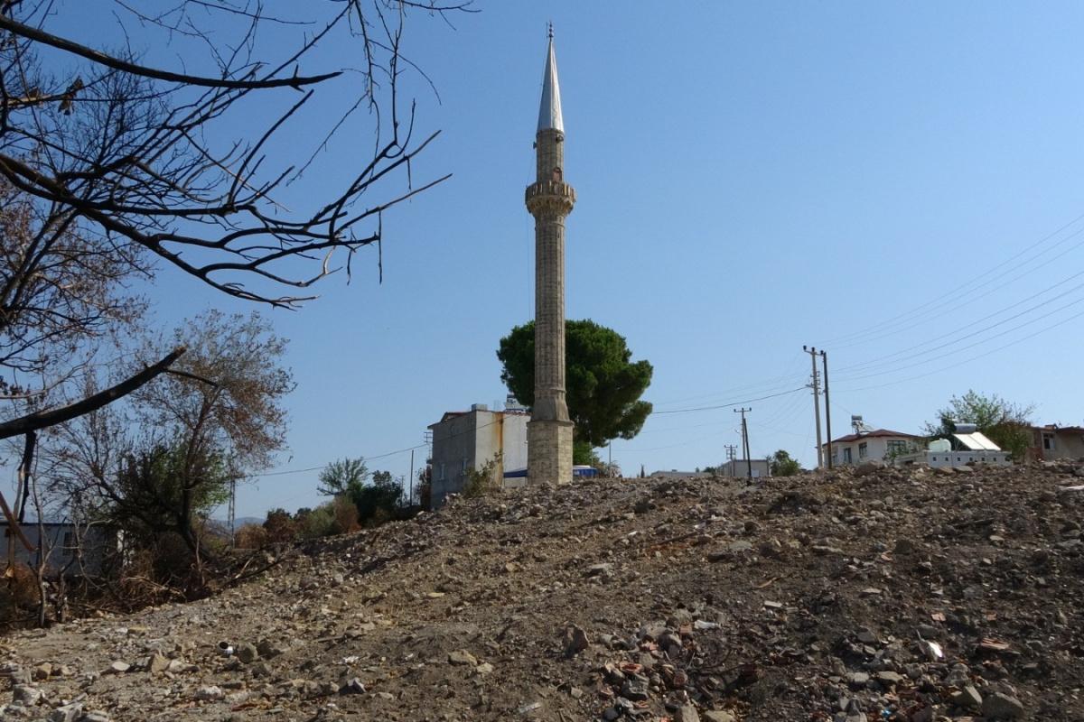 Yangında hasar gören cami yıkıldı, minaresi kaldı