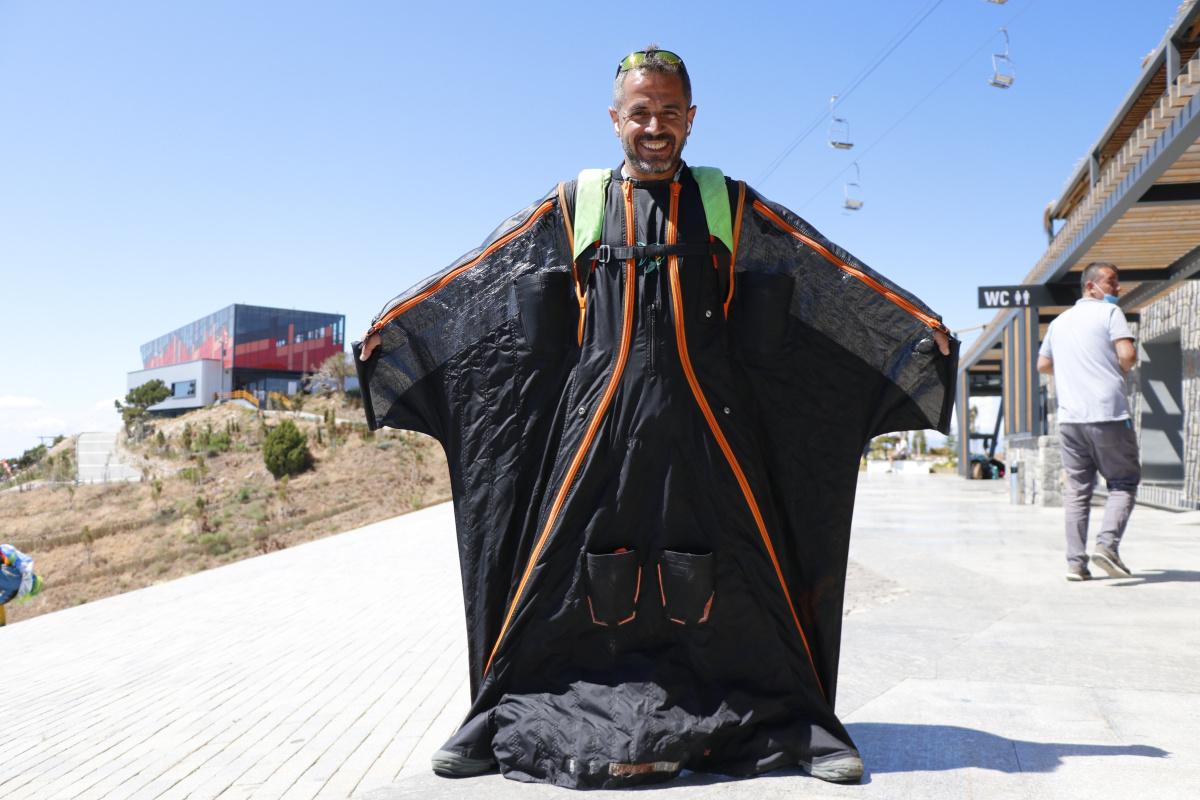 'Yarasa Müdür' yaklaşık 2 bin metreden paraşütten atladı