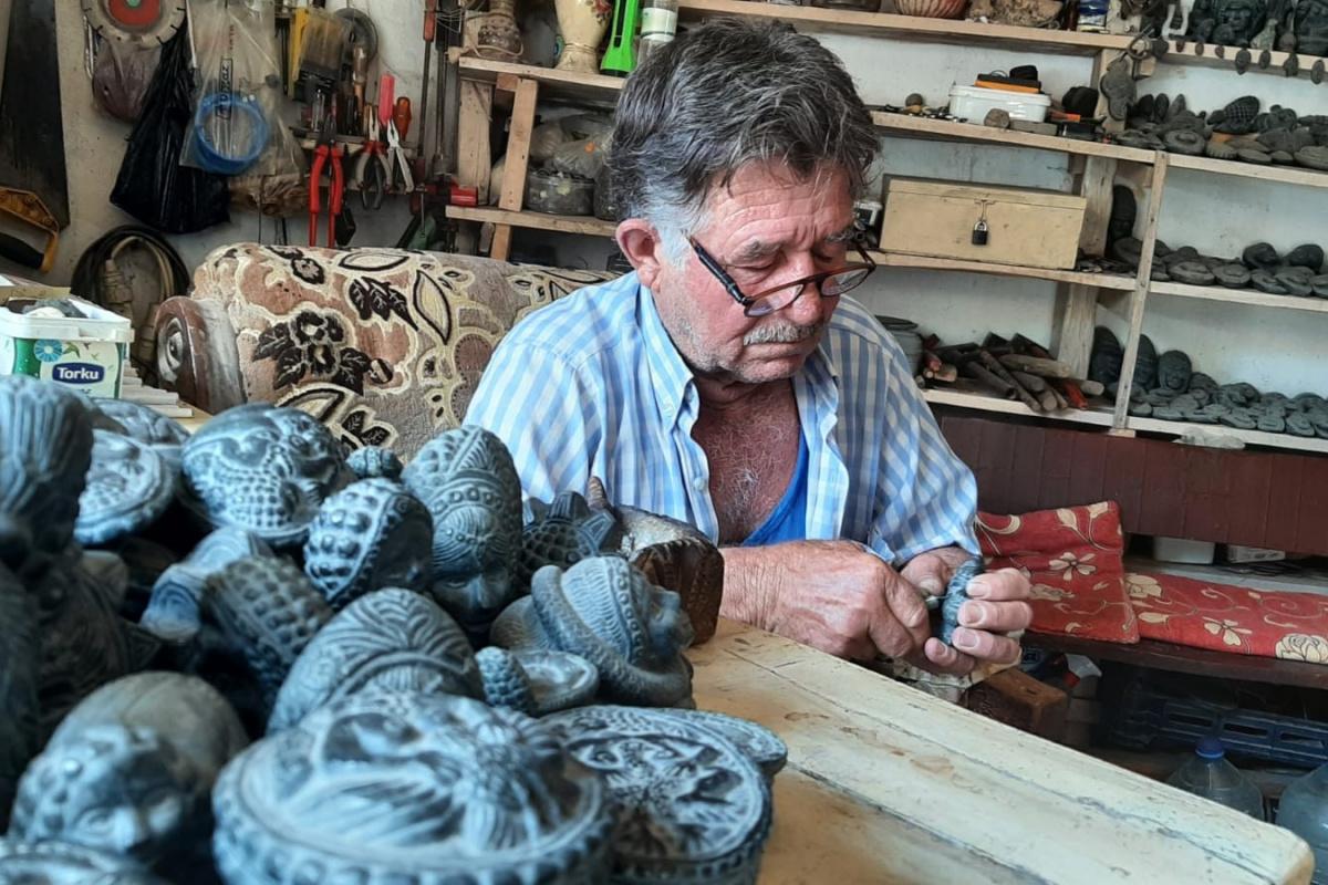 Yarım asırdır çakıyla, çakıl taşlarını sanat eserine dönüştürüyor