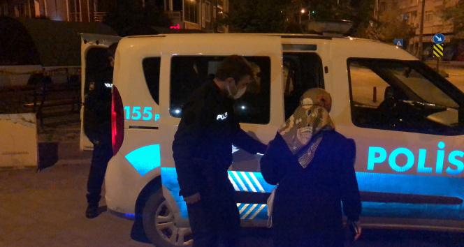 Yaşlı kadını polisler evine bıraktı