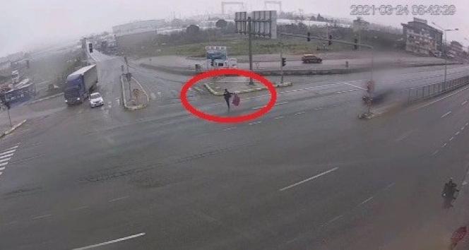 Zabıta memurunun hassasiyeti takdir topladı; Karayolundaki Türk bayrağını yerden kaldırdı