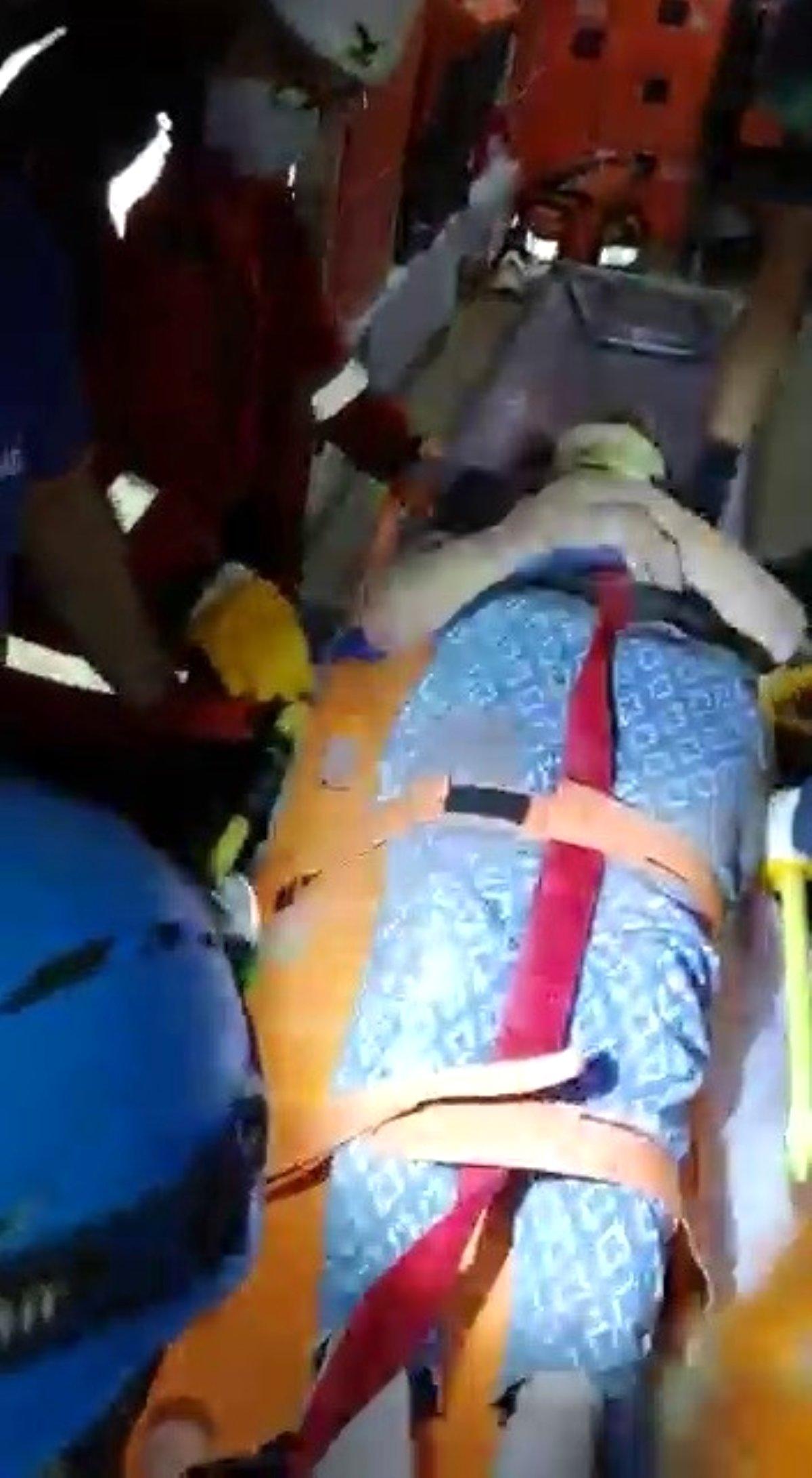 İzmir\'de enkaz altında kalan bir kadını Sakarya UMKE ekibi kurtardı
