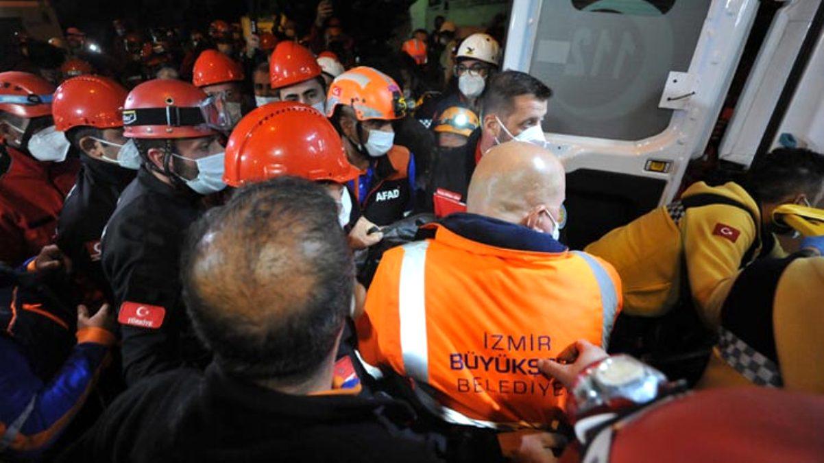 Son Dakika: İzmir\'de Rıza Bey sitesi enkazından 30 saat sonra yaralı olarak bir kişi çıkarıldı