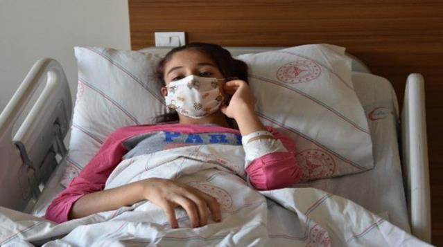 14 yaşındaki kızın karaciğerinden 20 santimetre çapında kitle çıkarıldı