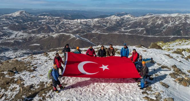 2 bin 552 rakımlı Yıldız Dağı'na tırmanan dağcılar, zirvede Türk bayrağını dalgalandırdı