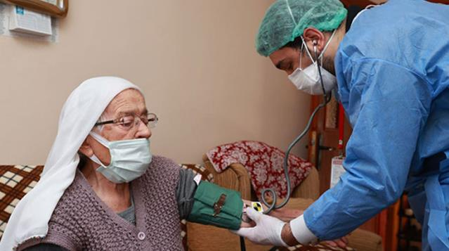 90 yaş üzeri vatandaşlar evlerinde aşılanmaya başlandı, son 6 ayda Kovid-19 geçirenlere aşı yapılmayacak
