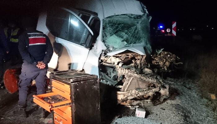 Afyonkarahisar'da otobüsle minibüs çarpıştı: Ölü ve yaralılar var