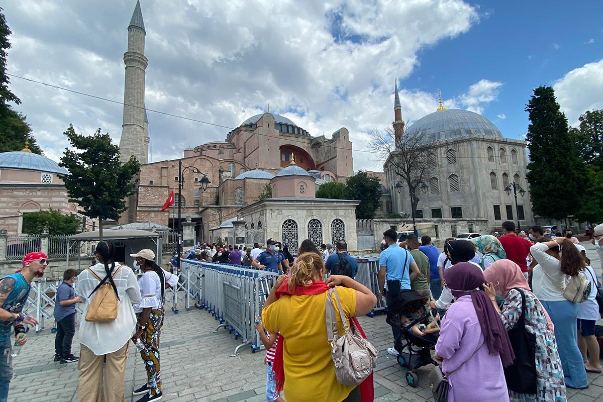 Ayasofya-i Kebir Camisi'nin ibadete açılmasının yıl dönümünde ziyaretçi akını