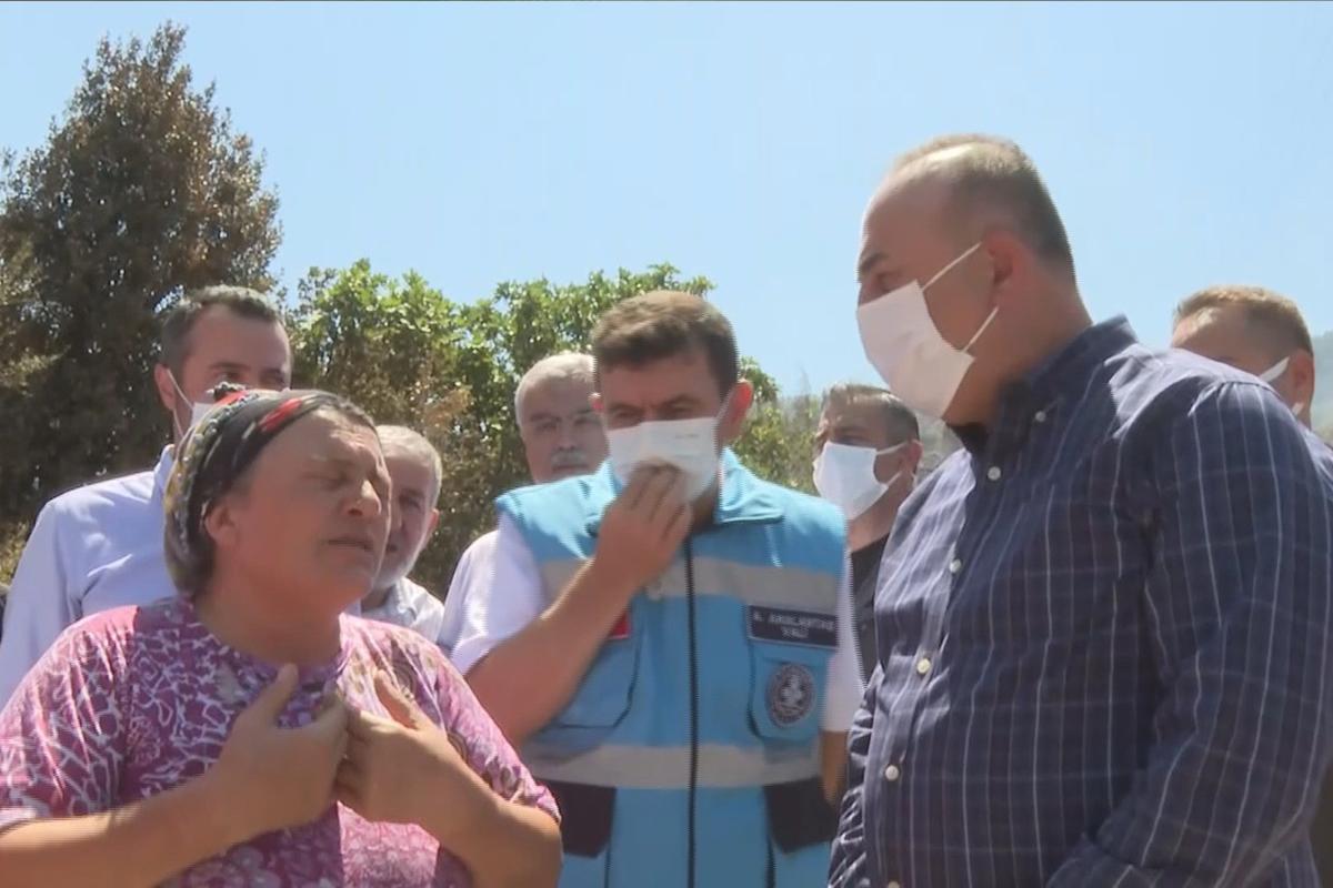 Bakan Çavuşoğlu'na sarılıp ağlayan yaşlı kadın: 'Devlet buraya yağmur gibi yağdı'
