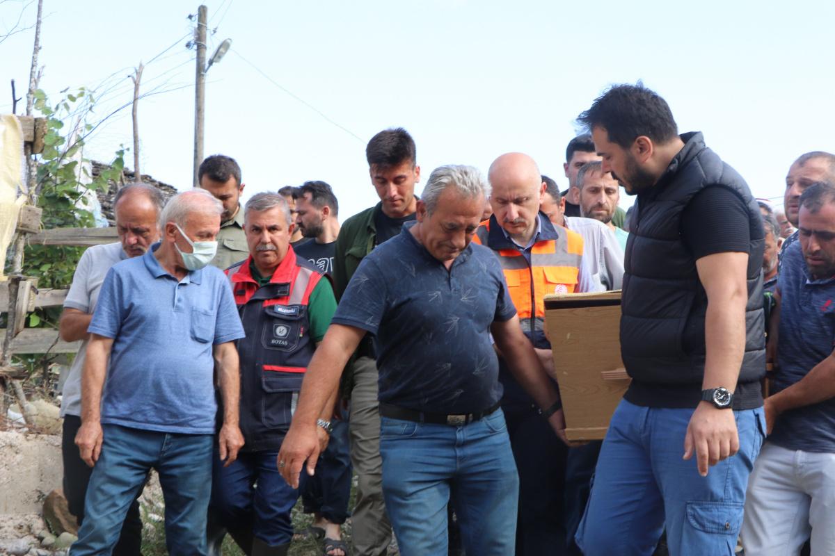 Bakan Karaismailoğlu, selde hayatını kaybeden yaşlı adamın tabutunu sırtladı