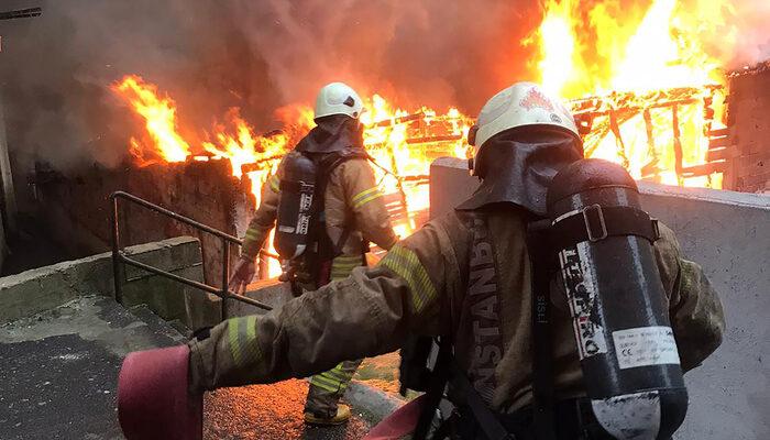 Beyoğlu'nda 3 katlı binada korkutan yangın