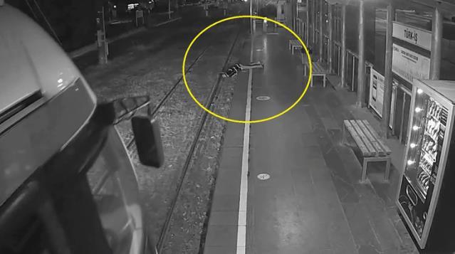 Bir anda fenalaşıp tren raylarına yığılan kadını, tramvay sürücüsünün dikkati kurtardı