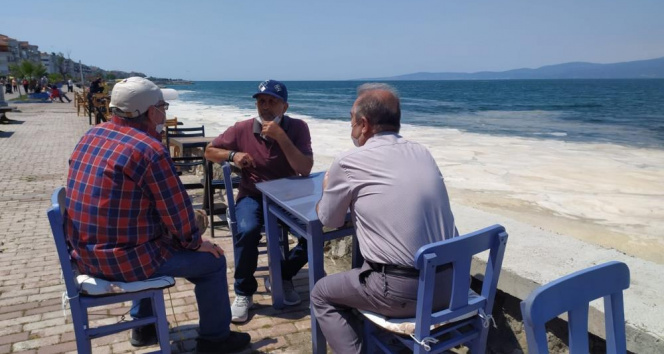 Bursa'da müsilaj manzaralı sahil keyfi