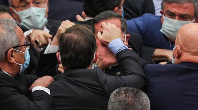 CHP'li Engin Özkoç'un sözleri ortalığı karıştırdı! Meclis'te yılın son oturumunda yumruklu kavga