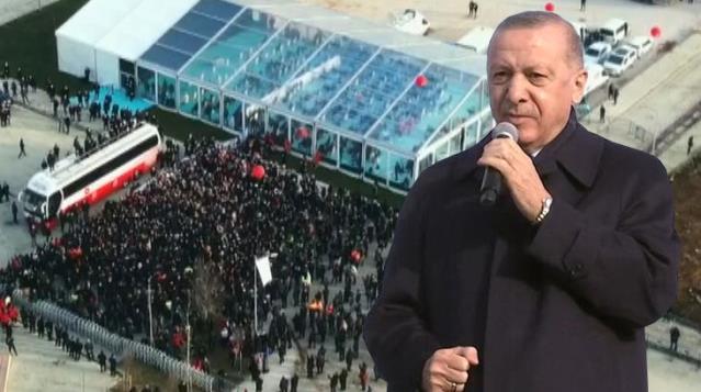 Deprem konutları teslim töreninde alandaki vatandaşların iç içe olması Cumhurbaşkanı Erdoğan'ı rahatsız etti