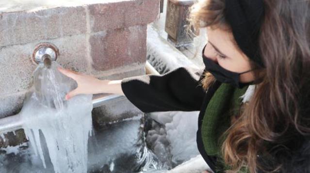 Eksi 30'u gören Erzurum'da musluktan akan sular dondu