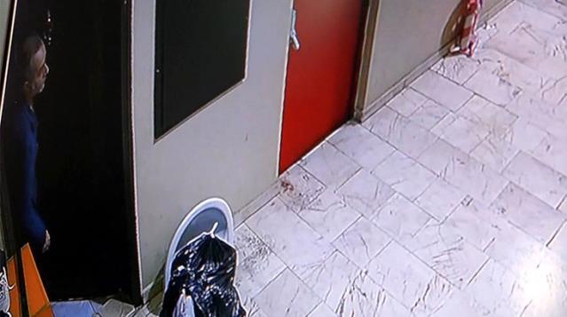 Evinin kapısını açınca hırsızla göz göze gelen adamın şaşkınlığı kamerada