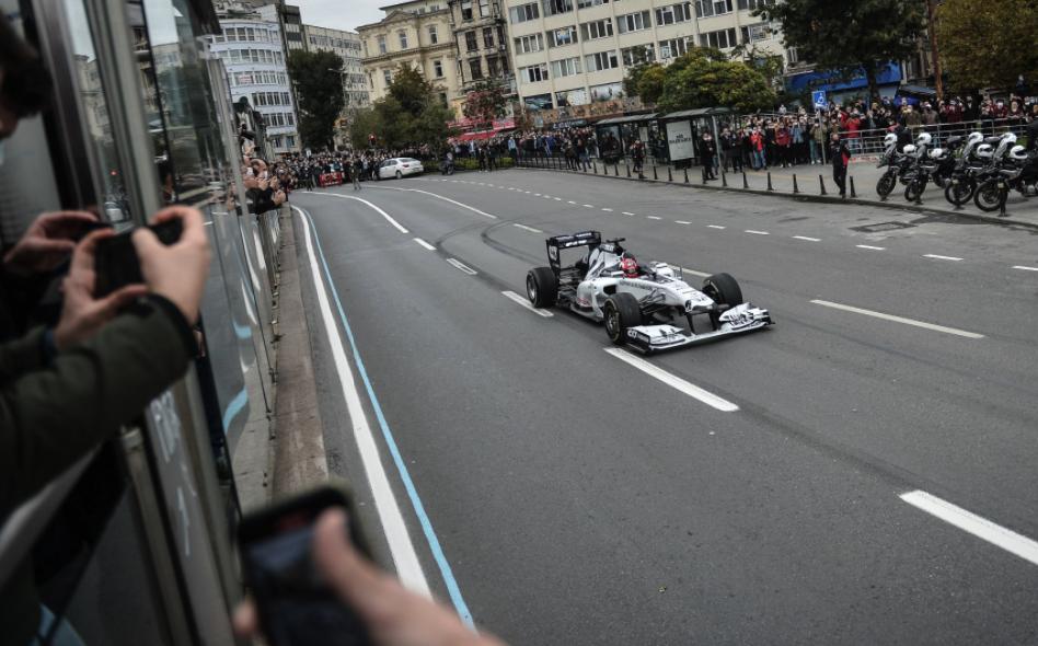 Formula 1 Araçları İstanbul Etabının Tanıtım Filmi İçin Galata ve Eminönü'nü Turladı