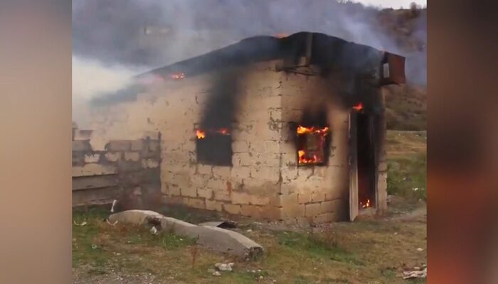 Görüntü Kelbecer'den! Ermeniler ayrılmadan önce evleri yakıyor